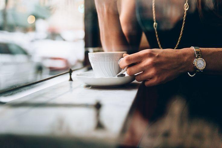 Mujer con taza de café