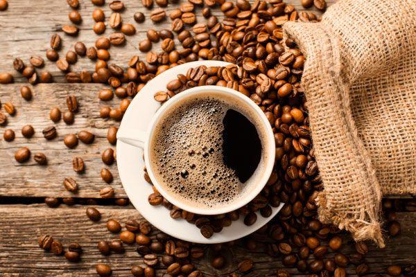 Taza de espresso y granos